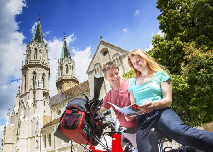 Auf der Radreise entlang der Donau treffen Radler auf das Stift Klosterneuburg, das auf eine 900-jährige Geschichte zurückblickt. Bildnachweis: Radweg-Reisen