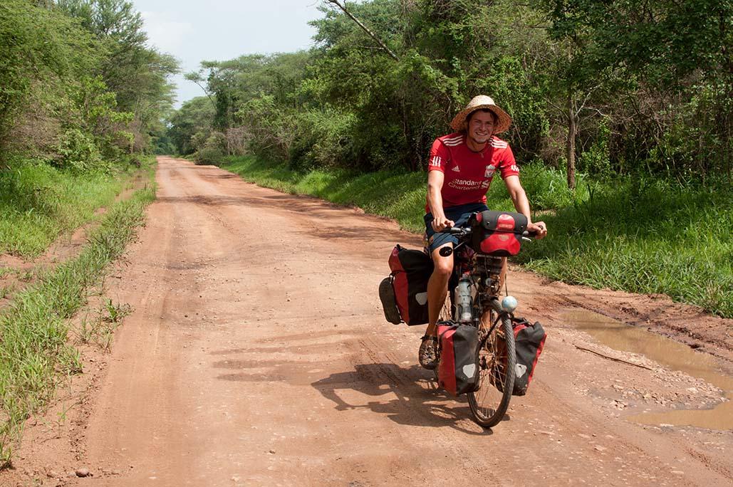 Auf den sandigen  Pisten von Uganda / Foto: Anselm Pahnke