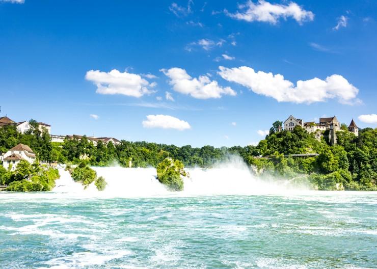Tosend stürzen die Wassermassen des Rheinfalls bei Schaffhausen in die Tiefe. Bildnachweis: Radweg-Reisen