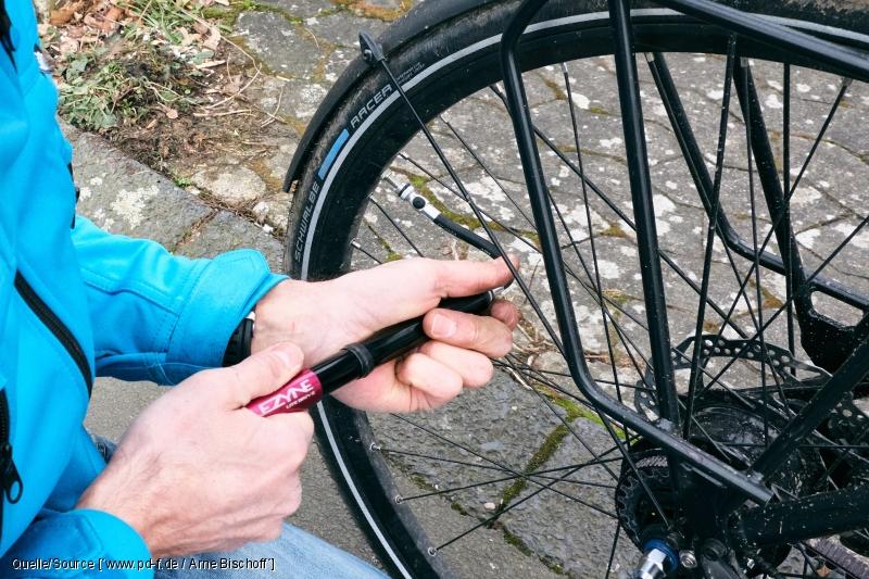 Eine Handpumpe hilft, auf Radreise wieder Luft in den Reifen zu bekommen.