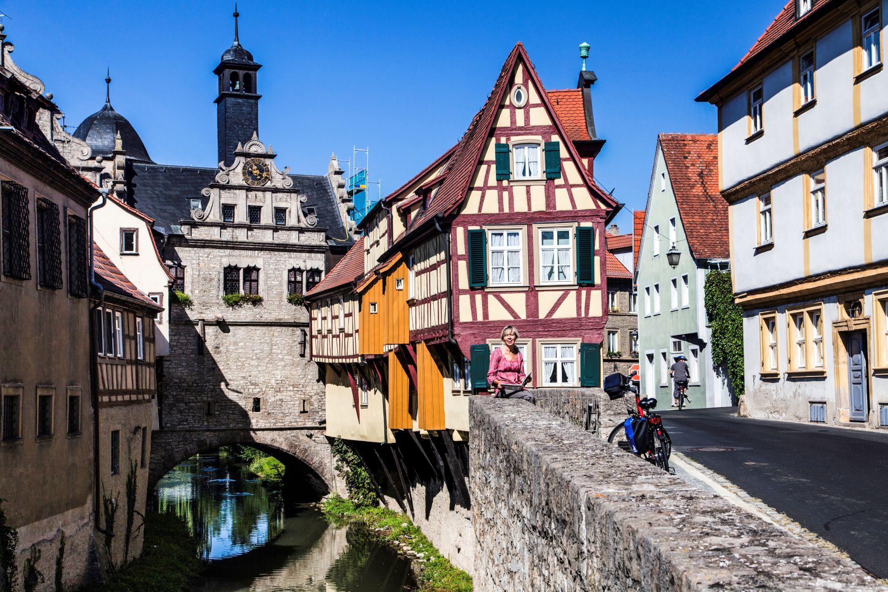Verwinkeltes Marktbreit /  Das malerisch am Breitbach gelegene Malerwinkelhaus ist das Wahrzeichen von Marktbreit und bis heute ein beliebtes Motiv für Künstler und Fotografen. Bildnachweis: www.radweg-reisen.com