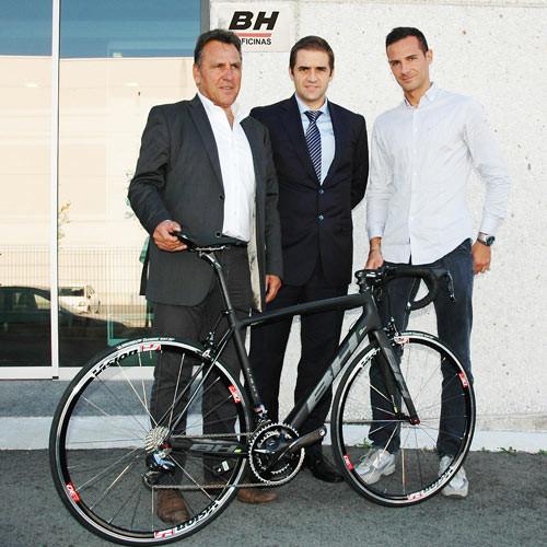 v.l.n.r.: Jean René Bernaudeau (Teammanager), Unai de la Fuente (CEO  BH BIKES), Claudio Marra ( CEO  FSA)  ©BH Bikes