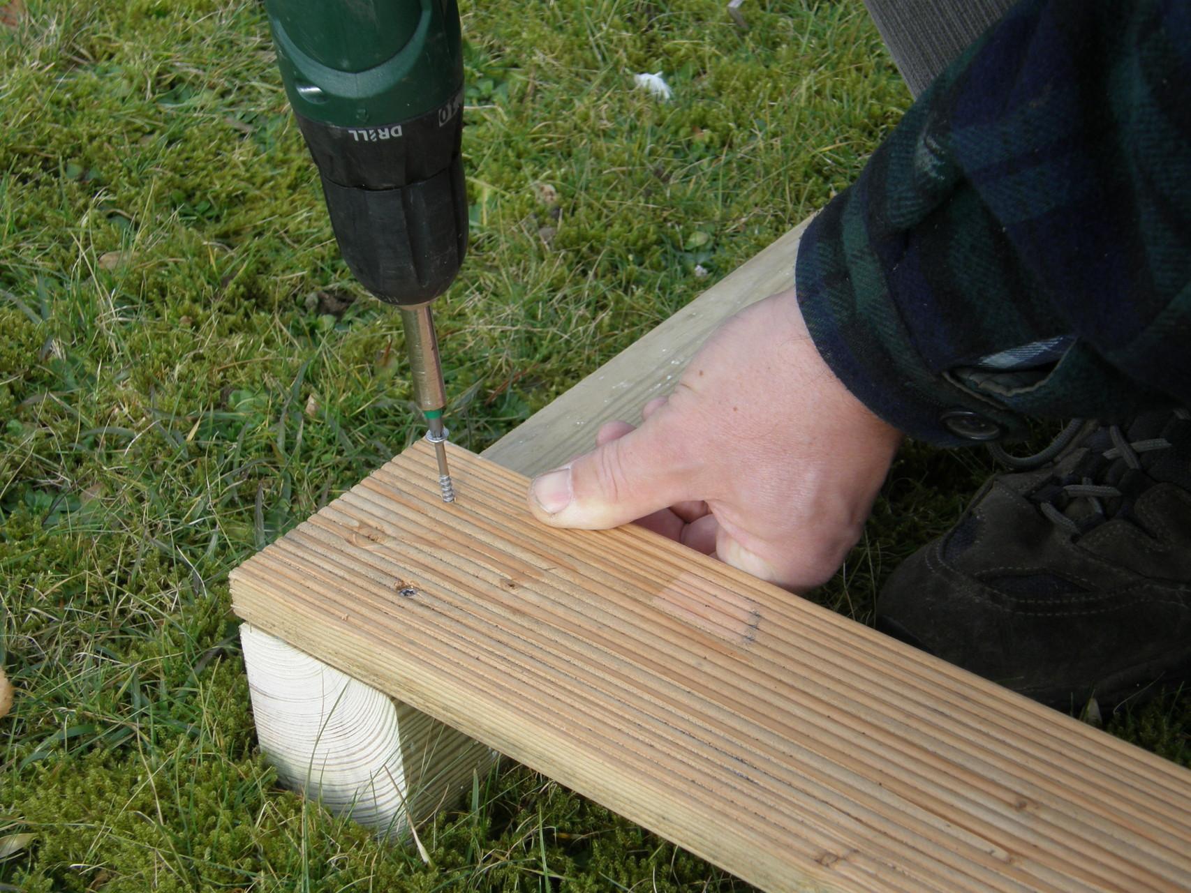 3. Jedes Brett mit zwei Schrauben befestigen