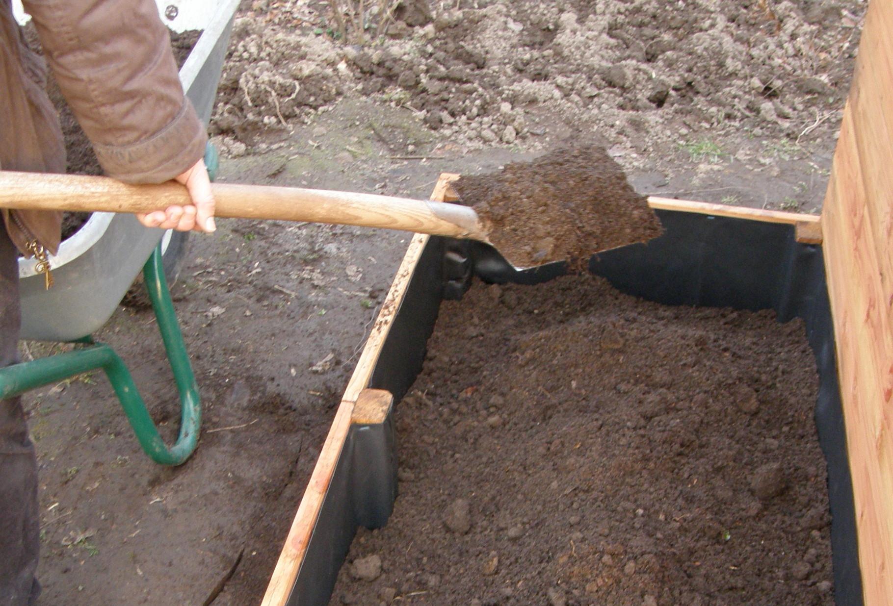 7. Pflanzkasten mit Aushub gemischt mit reifem Kompost oder Pflanzerde füllen