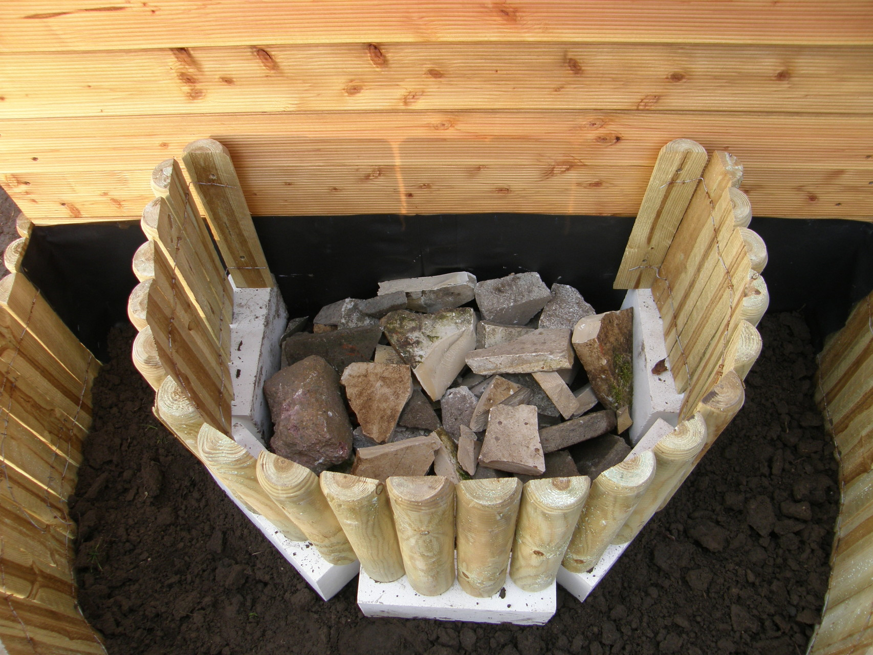 7. Unteren Bereich als Drainage mit Steinen füllen