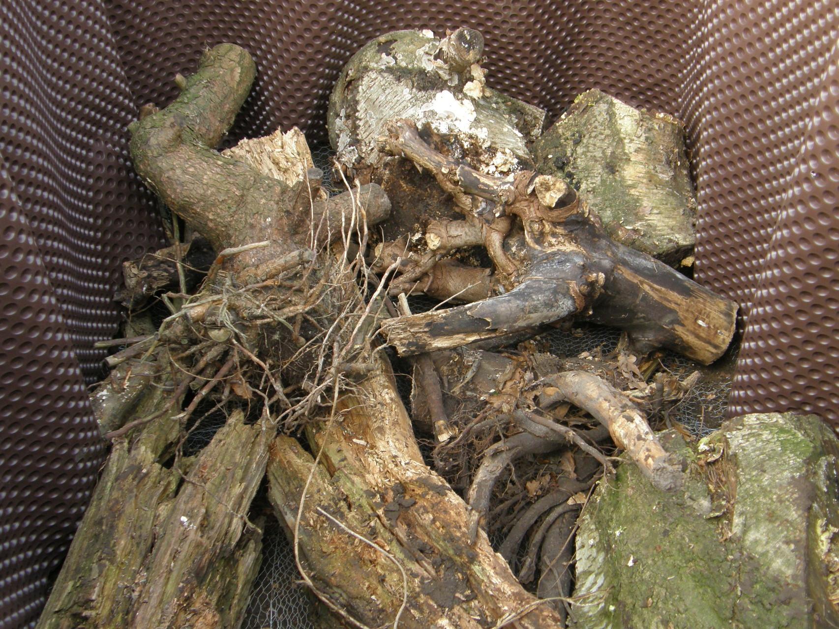 18. Zuunterst ins Hochbeet alte Stubben und dicke Äste einfüllen