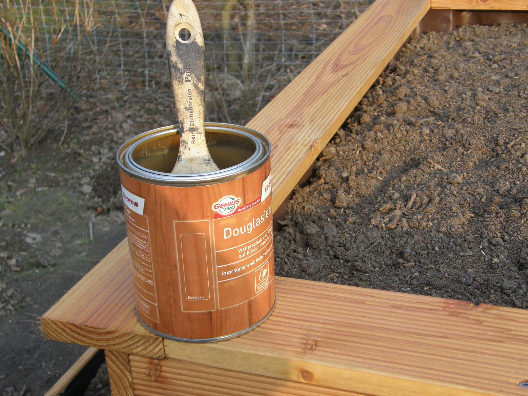 27. Ein Anstrich mit Holzöl gibt dem Beet zusätzlichen Schutz