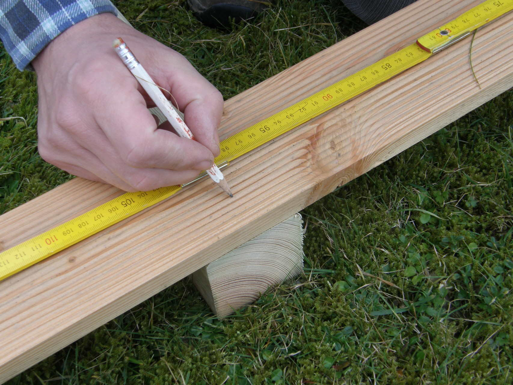 2. Den mittleren Pfosten vom Seitenteil einmessen