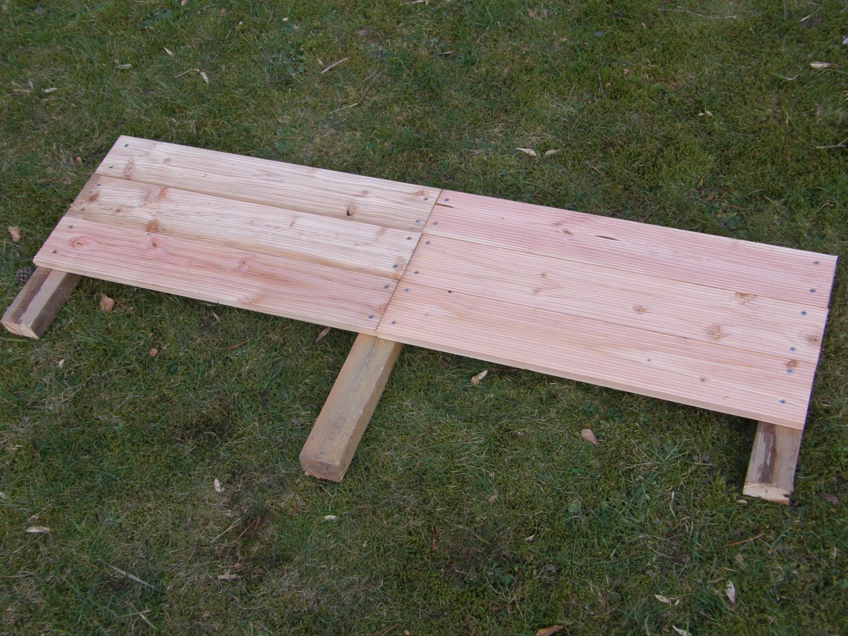 2. Drei weitere 60 cm Bretter auf der anderen Seite der Dachlatte befestigen
