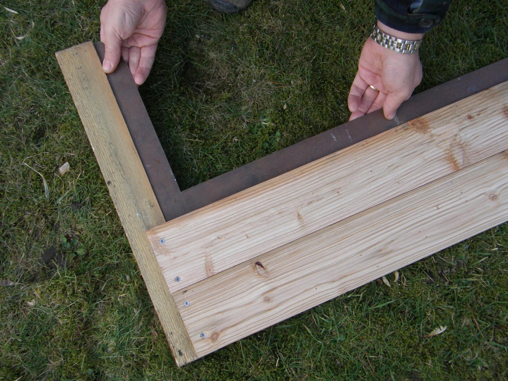 1. Pflanzkasten: 60 cm-Abschnitte an ein Stück Dachlatte schrauben