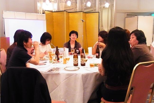 1,2組テーブル。中央は柴野さん。