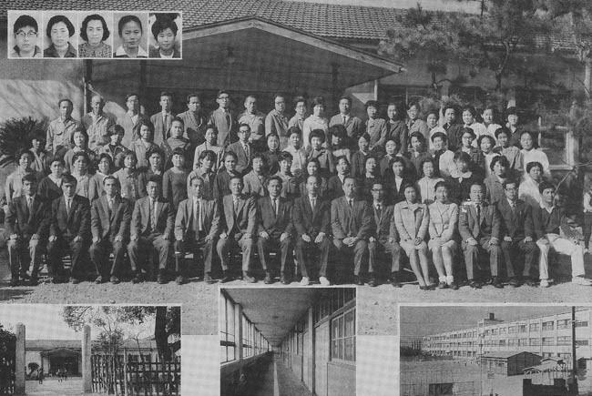 富田小職員室前での教員写真。知っている先生が見えるぞ。