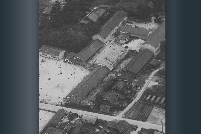 まもなく入学する頃の富田小学校。中央は講堂。