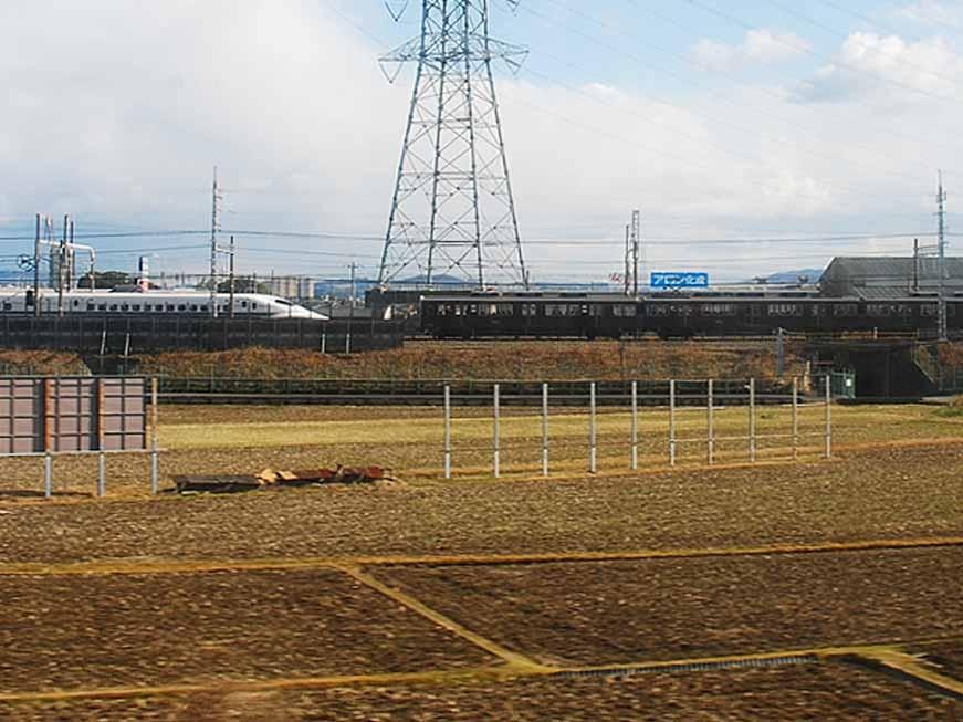 新幹線と並走というより追いつかれる寸前の阪急電車(上牧付近)。