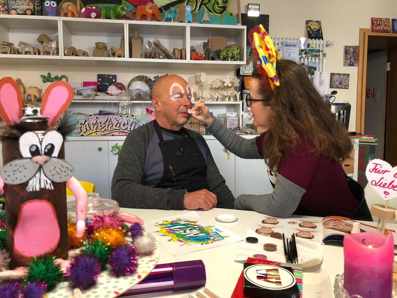 Nachdem du zwei Bögen über die Augenbrauen gezeichnet hast, kümmere dich um die Hasenschnute zwischen Nase und Mund. Hier arbeitest du auch noch mit dem Schwamm.