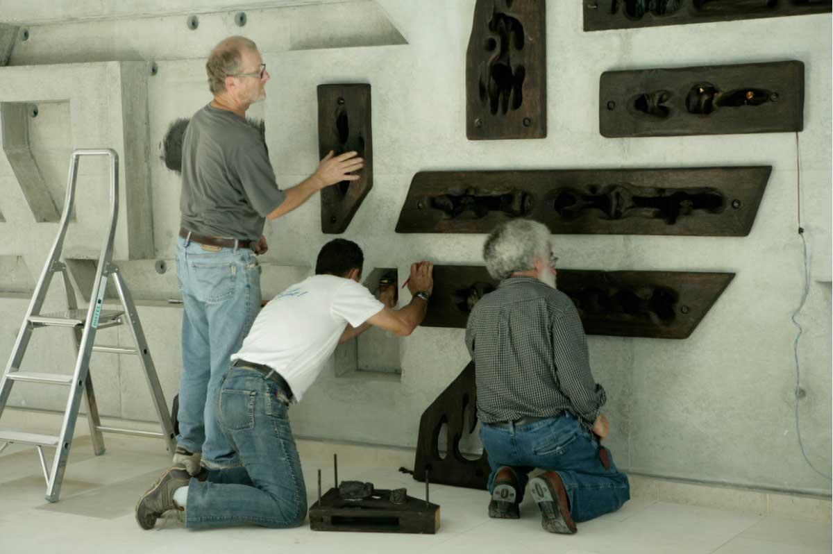 11 - Pour finir, deux semaines de travail et l'aide d'amis fidèles pour installer bois et sculptures dans le tout nouvel Hôtel du Département..