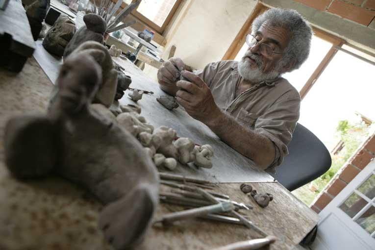 1 - Une longue phase de création : le modelage des 670 personnages en terre chamottée