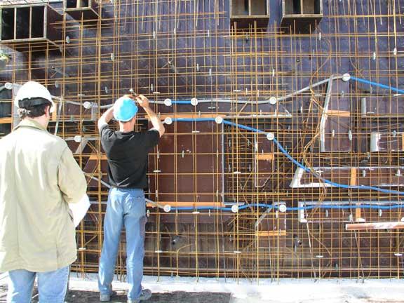 10 - Pendant ce temps, avant de couler les murs en béton, les ouvriers réservent l'emplacement des niches et réalisent le câblage électrique