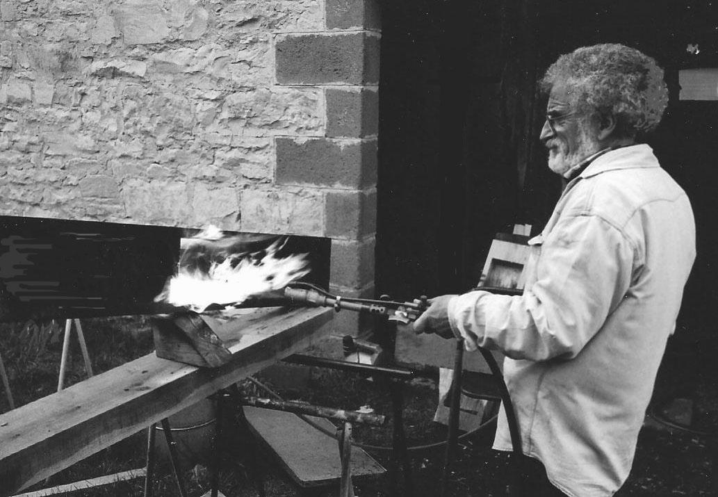 7 - La surface visible du bois sera passée à la flamme, brossée et cirée