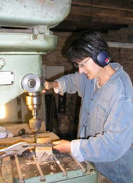 8 - Perçage des renforts métalliques avec l'aide d'une assistante dévouée