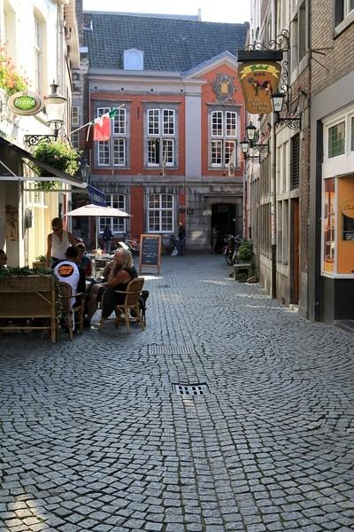 Im Hintergrund Gebäude De Bisschopsmolen Maastricht