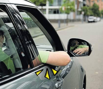 車の窓から腕出してません?