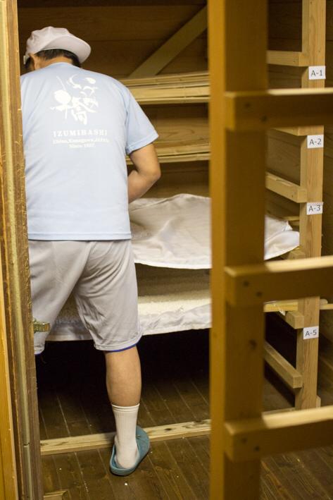 麹室の隣室には棚があり、運んできた麹を一段一段並べていく。