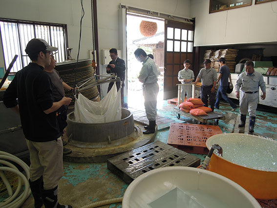 さがみ酒米研究会の農家さんたちが泉橋酒造に集合。これほどの巨大な釜でする温湯消毒はなかなか見ることができない。