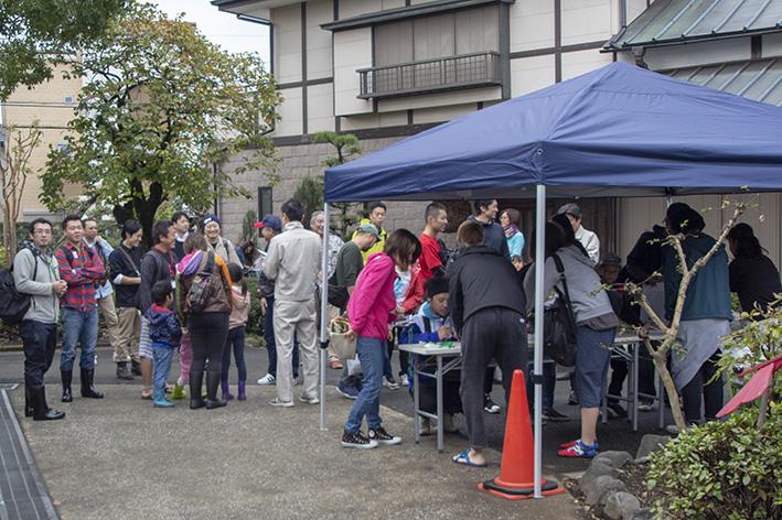 今日は泉橋酒造の一大イベント「稲刈り会」。朝早くからお客さんがたくさん!
