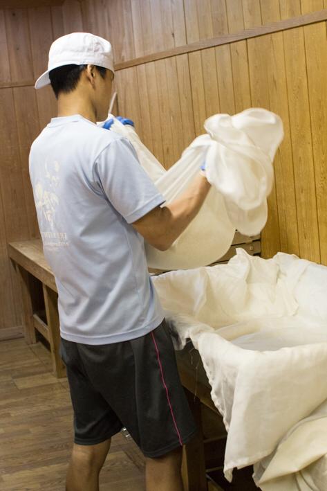 敷き布ごと持ち上げて運ぶ。