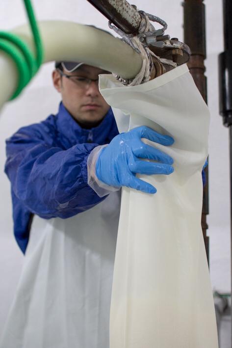 この日、上槽するのは「いづみ橋 恵 青ラベル   純米吟醸」。海老名産の山田錦を100%使用して造られた泉橋酒造の看板商品だ。