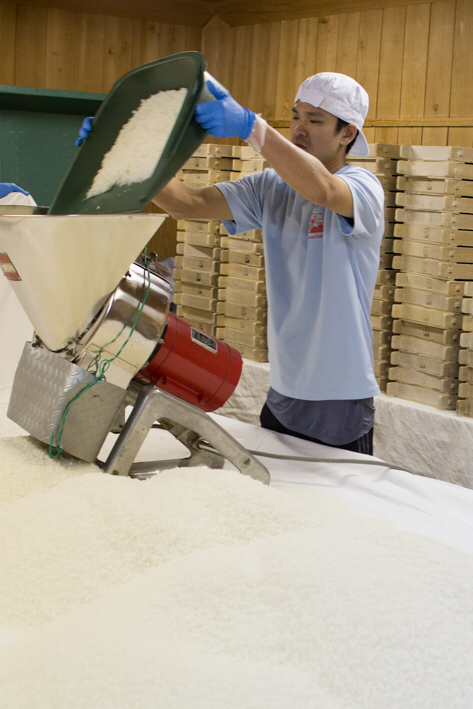 まずは切返し機を使って米をほぐしていく作業から。