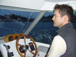 Motorboot Unterricht in Luzern am Vierwaldstättersee. Führerschein im Winter machen mit Fahrlehrer Dani Schär. Gute Ausbildung zum besten Preis. Führerkabine mit viel Raum.