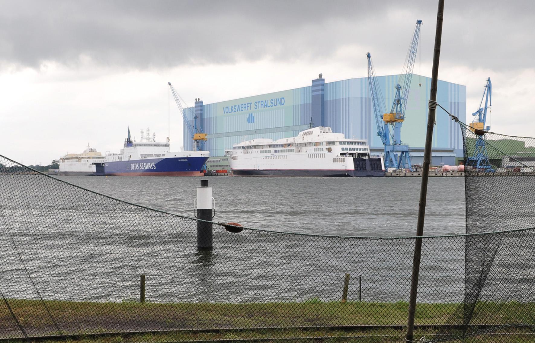 die beiden (weißen) zu schwer gebauten Fähren nach der Probefahrt 2012