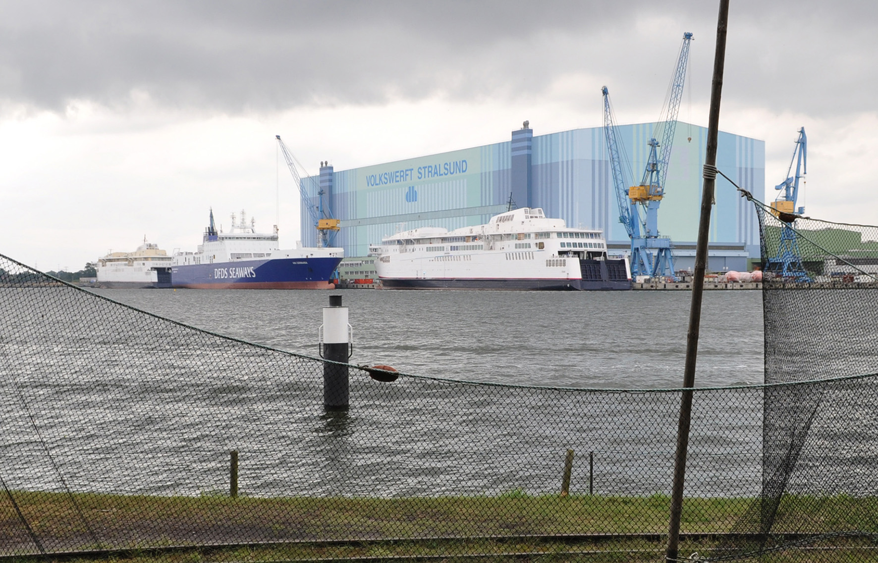 Die beiden (weißen) zu schwer gebauten Fähren nach der Probefahrt 2012.