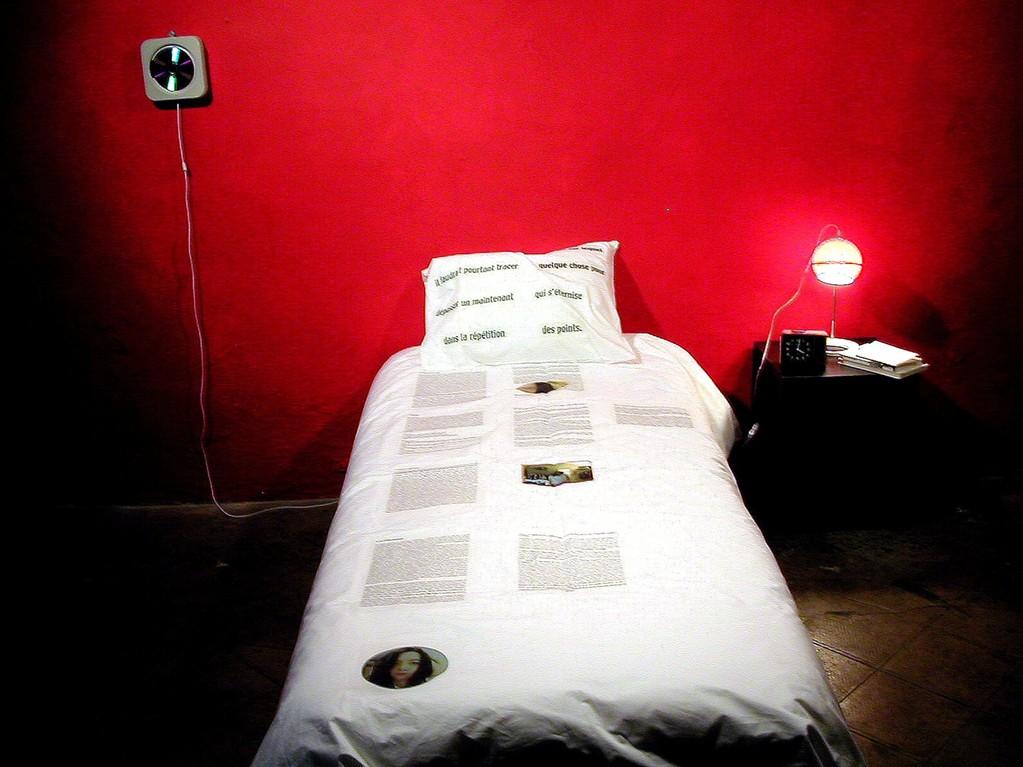 le lit avec couette personnalisée, bande son, chevet et livres de chevet