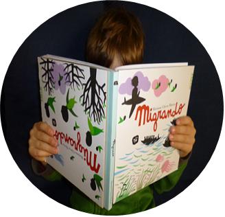 Junge liest Kinderbuch