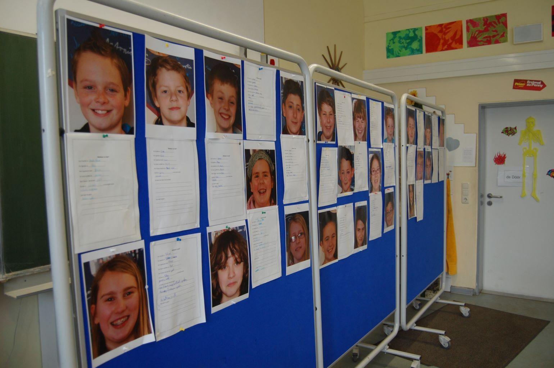 Wir haben zu jedem Schüler eine Personenbeschreibung angefertigt und diese den Fotos der Mitschüler zugeordnet.