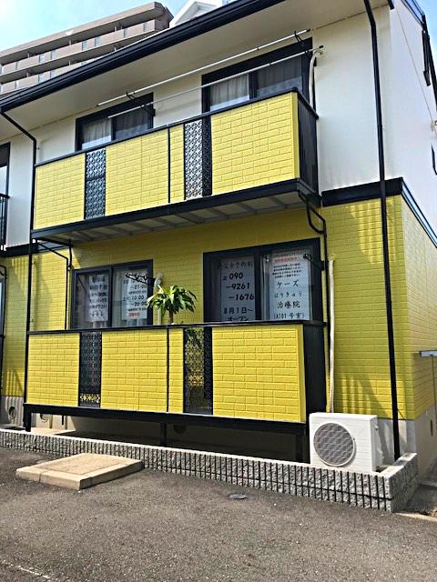 ジョーシン小牧店すぐ裏、黄色い外壁が目印です