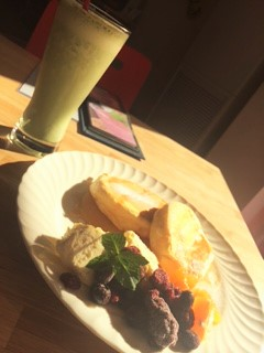 パンケーキと抹茶バナナスムージー