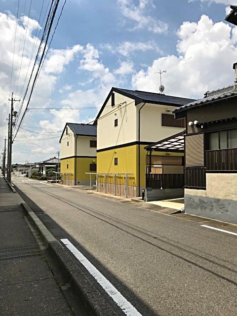 黄色い外壁が2棟並んでいますが、写真から見て手前がA棟になります。