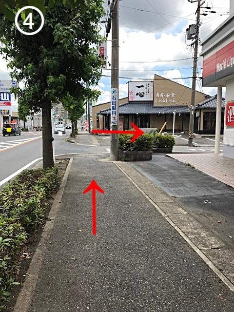 「やまや」を越えてすぐの路地を右に曲がります。