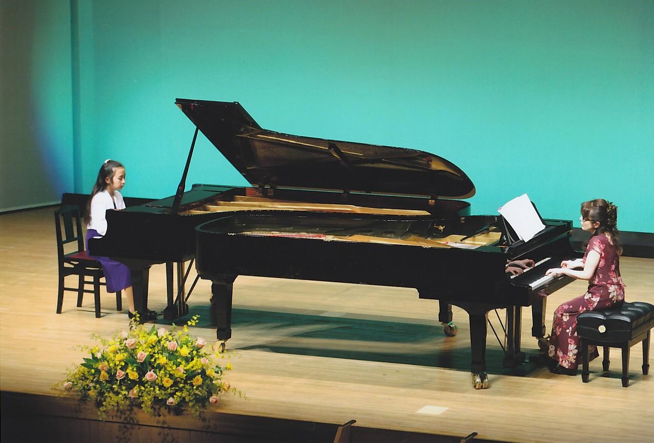 中学生の二台ピアノ。先生との共演です。