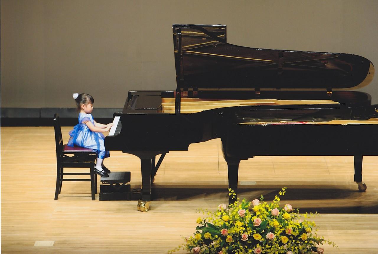 3歳のデビューステージです。一人でステージに向かいました。ご両親も先生も感激の涙。