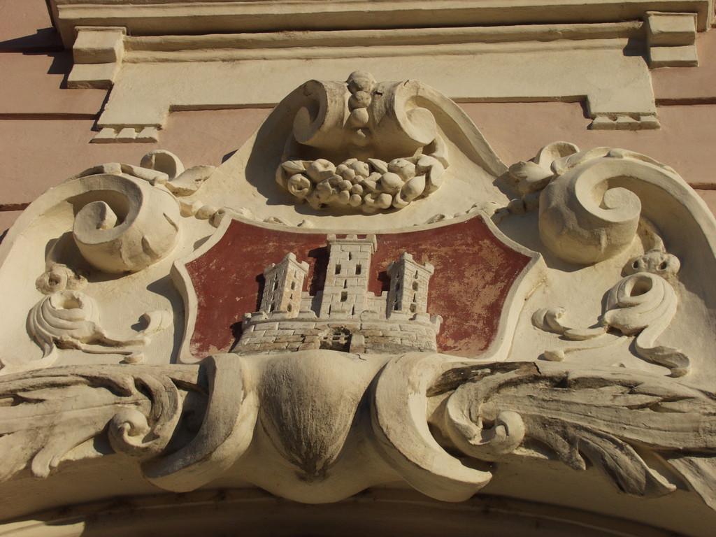 Stadtwappen an der Fassade des Rathauses
