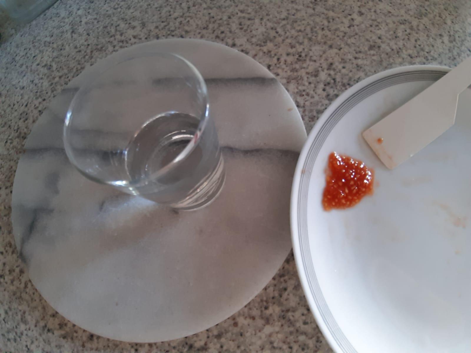Ein Glas Wasser bereitstellen