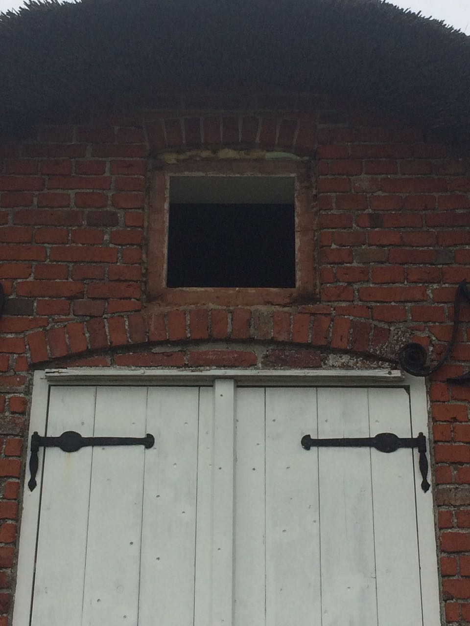Das kleine Fenster über der Luke sollte auch noch ausgetauscht werden