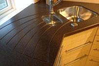 Küchenarbeitsplatte aus Staron, Ablauf der Spüle eingefräst