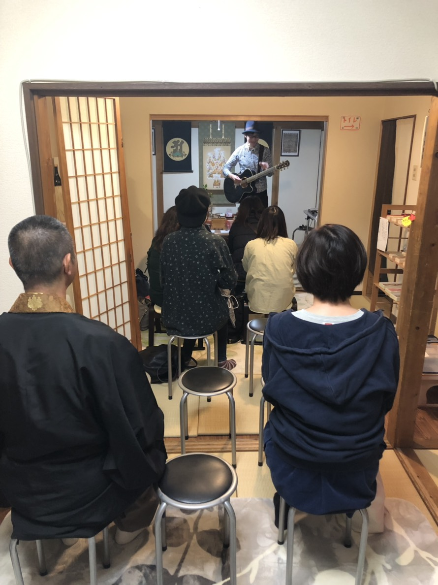 2018/11/10の寺liveの様子です。オオツエ君の生声とギターやハーモニカの音色に来場者の方々は魅了されました。