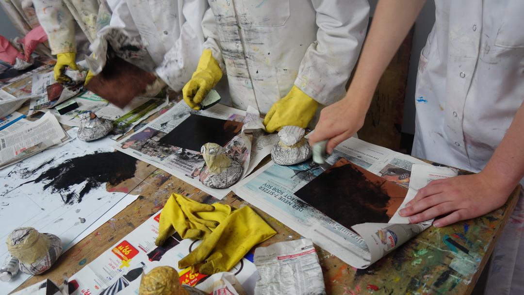Einfärben der Kupferplatten mit Tiefdruckfarbe